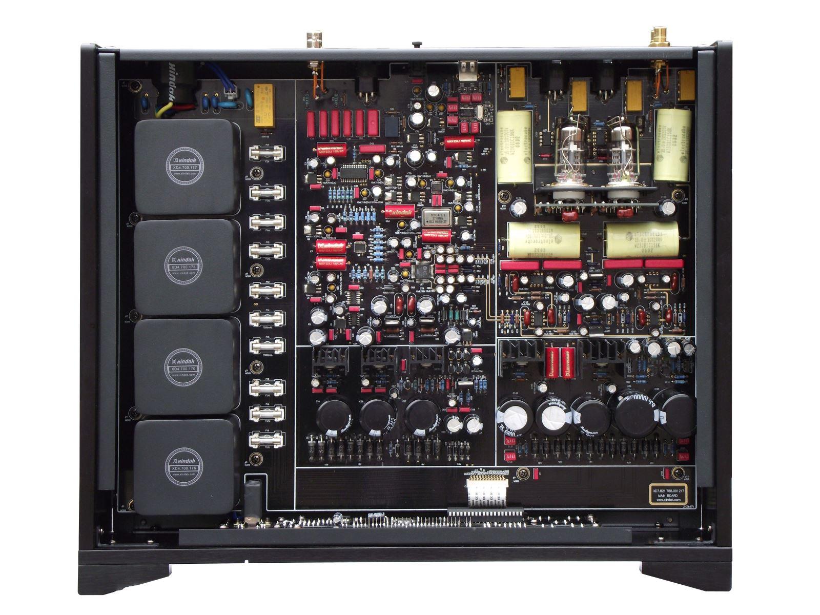 新德克 20 周年纪念版产品 DAC 是一台拥有32 Bit DAC 芯片的高性能音频解码器,采用来自AKM的AK4397 Delta-Sigma D/A转换 IC。此IC拥有强大的32 Bit处理能力,使D/A转换能力更加精确,有助于更高品质的音乐信号重现。 电源系统:本机采用4个新德克特制低漏磁电源变压器,多达24组独立的电源供应单元,以降低不同电路系统之间的干扰和交越失真。 可选择的音频处理模式:本机可将普通CD唱机输出的44.